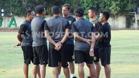 Wolfgang Pikal berdiskusi dengan tim pelatih Persebaya usai latihan di Lapangan Polda Jatim, Sabtu (7/9/19). - INDOSPORT