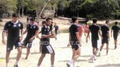 Indosport - Skuat Arema FC menggelar TC singkat di Pantai Balekambang Malang.