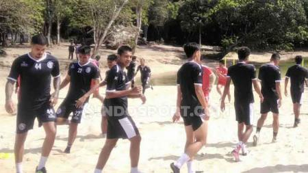 Skuat Arema FC menggelar TC singkat di Pantai Balekambang Malang. - INDOSPORT