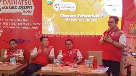 Ketua PBSI Sulsel, Devo Khaddafi (berdiri kanan) memberikan sambutan pada konferensi pers pembukaan Daihatsu Astec Open 2019 seri Makassar di Grind & Pull, Makassar, Jumat (6/9/19). - INDOSPORT