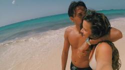 Ezra Walian bersama kekasihnya, Ylon Louise di pinggir pantai