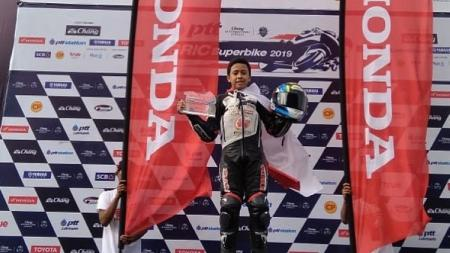 Pembalap muda Indonesia, Herlian Dandi, juara race 1 seri 5 Thailand Talent Cup (TTC) 2019. - INDOSPORT