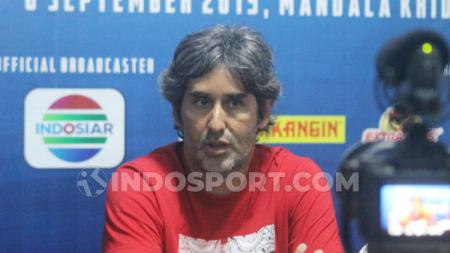 Pelatih Bali United, Stefano Cugurra Teco, ungkap alasan timnya tidak lagi berlatih di kawasan Kuta, Kabupaten Badung. - INDOSPORT