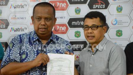 Penanggungjawab kPSMS Medan, Mulyadi Simatupang (kiri) saat memperkenalkan pelatih baru PSMS, Jafri Sastra (kanan), Minggu (8/9/19) sore - INDOSPORT