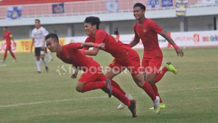 Gelandang Timnas U-22, Sani Rizki Fauzi berselebrasi usai mencetak gol ke gawang Bali United.