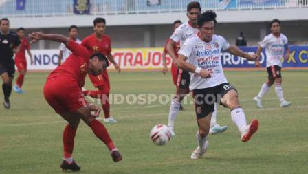 Bek Timnas U-22, Asnawi Mangkualam Bahar saat menendang bola untuk memberikan umpan tarik ke dalam kotak penalti Bali United.