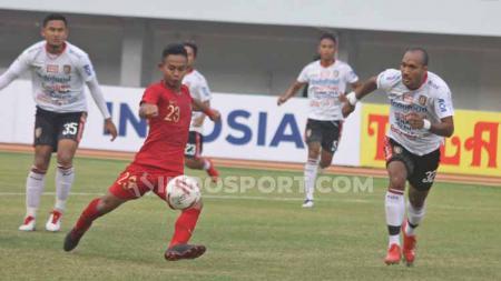 Sani Rizki mengeksekusi bola ke arah gawang Bali United. - INDOSPORT
