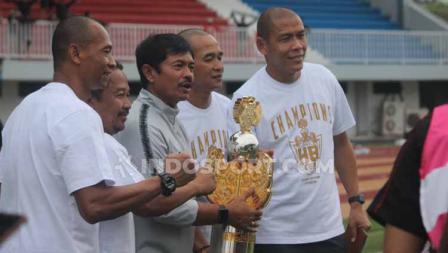 Pelatih Timnas Indonesia U-22, Indra Sjafri mengangkat trofi Trofeo HB X di Stadion Mandala Krida, Yogyakarta, Minggu (08/09/19).