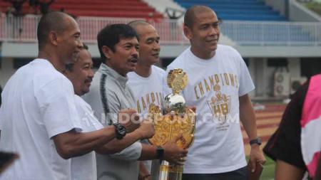 Pelatih Timnas Indonesia U-22, Indra Sjafri mengangkat trofi Trofeo HB X di Stadion Mandala Krida, Yogyakarta, Minggu (08/09/19). - INDOSPORT