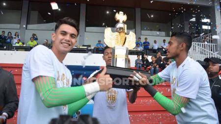 Para pemain Timnas Indonesia U-22 mengangkat trofi Trofeo HB X di Stadion Mandala Krida, Yogyakarta, Minggu (08/09/19). Mereka keluar sebagai juara. - INDOSPORT