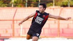 Indosport - Striker klub Liga 1, PSM Makassar, Ezra Walian saat menjalani latihan.