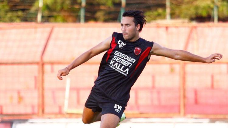 Striker baru PSM Makassar Ezra Walian saat menjalani latihan. Copyright: Twitter/@PSM_Makassar