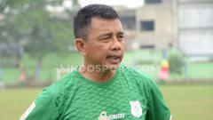 Indosport - Jafri Sastra saat memimpin latihan perdana bersama PSMS Medan, di Stadion Kebun Bunga, Minggu (08/09/19) sore.