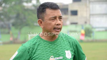 Jafri Sastra saat memimpin latihan perdana bersama PSMS Medan, di Stadion Kebun Bunga, Minggu (08/09/19) sore. - INDOSPORT