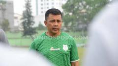 Indosport - Jafri Sastra saat memimpin latihan perdana bersama PSMS Medan, di Stadion Kebun Bunga, Minggu (8/9/2019) sore.