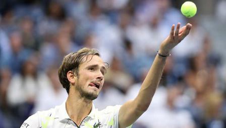 Daniil Medvedev melakukan servis di set ketiga dalam laga final AS Terbuka 2019 melawan Rafael Nadal.