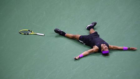 Gaya selebrasi Rafael Nadal usai mengalahkan petenis Rusia, Daniil Medvedev dalam laga final 5 set AS Terbuka 2019.