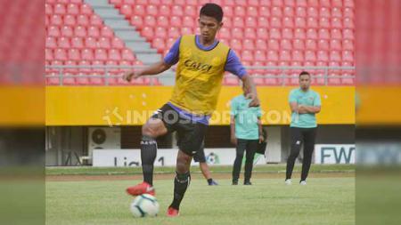 Bek Sriwijaya FC, Ahmad Juliandri mengontrol bola dalam sesi latihan. - INDOSPORT