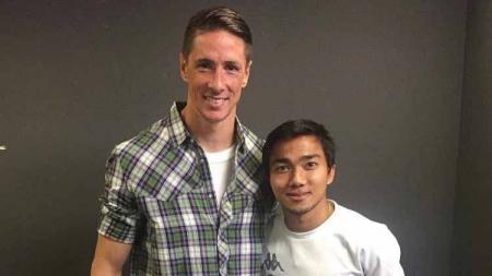 Bintang Timnas Thailand, Chanathip Songkrasin berfoto bersama Fernando Torres. - INDOSPORT