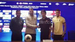 Indosport - Preskon Indonesia menjelang lawan Thailand diwakili Simon dan Andritany.