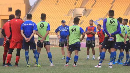 Pelatih Persib Bandung, Robert Rene Albert memberikan instruksi kepada  pemain saat memimpin latihan di Stadion Si Jalak Harupat, Kabupaten Bandung, Senin (09/09/2019). - INDOSPORT
