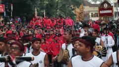 Indosport - Rombongan kontingen Badung saat arak-arakan pembukaan Porprov Bali XIV 2019 di Jalan Gajah Mada, Kabupaten Tabanan, Senin (09/09/2019) sore. Nofik Lukman Hakim/INDOSPORT