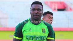 Indosport - Egwuatu Godstime Ouseloka saat ikut seleksi Persebaya di Stadion Gelora Delta Sidoarjo, Senin (9/9/19)