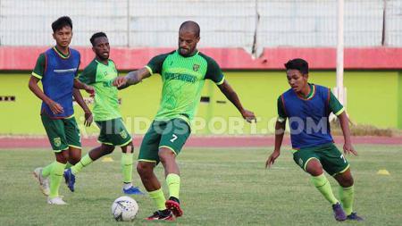 David Da Silva saat latihan di Stadion Gelora Delta, Sidoarjo. Senin (09/09/19). - INDOSPORT