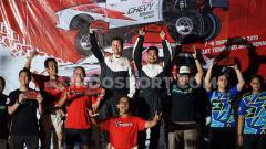 Indosport - Potret kemenangan Rifat Sungkar di Kejurnas Sprint Rally 2019, Minggu (08/09/19).