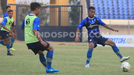 Pemain belakang Persib, Ardi Idrus saat berlatih di Stadion Si Jalak Harupat, Kabupaten Bandung, Senin (09/09/19). - INDOSPORT