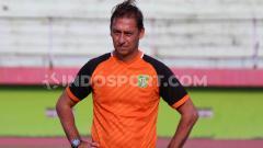 Indosport - Asisten pelatih Persebaya Surabaya, Wolfgang Pikal, memimpin latihan di Stadion Gelora Delta Sidoarjo, Senin (9/9/19).
