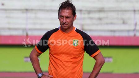 Asisten pelatih Persebaya Surabaya, Wolfgang Pikal, memimpin latihan di Stadion Gelora Delta Sidoarjo, Senin (9/9/19). - INDOSPORT