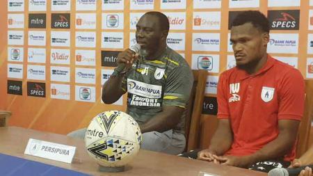 Pelatih Persipura, Jacksen F. Tiago bersama Israel Wamiau. - INDOSPORT