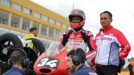 Pembalap asal Indonesia, Andi Farid Izhar atau yang akrab disapa Andi Gilang sedang mempersiapkan diri untuk gelaran Moto2 di Spanyol. - INDOSPORT