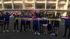 Indosport - Suporter Thailand yang menyaksikan langsung laga lanjutan Kualifikasi Piala Dunia 2022, Thailand vs Indonesia di Stadion Utama GBK, Selasa (10/09/19).
