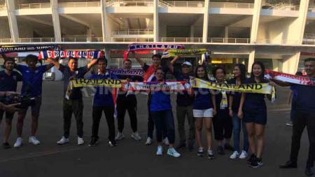 Suporter Thailand yang menyaksikan langsung laga lanjutan Kualifikasi Piala Dunia 2022, Thailand vs Indonesia di Stadion Utama GBK, Selasa (10/09/19). - INDOSPORT