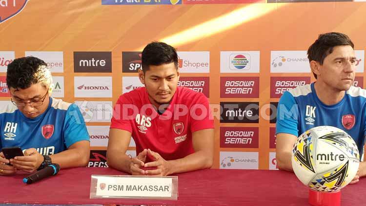 Roy Wanson (kiri/penerjemah), Abdul Rahman (tengah/pemain), dan Darije Kalezic (kanan/pelatih) mewakili PSM Makassar pada konferensi pers pra laga melawan Persela Lamongan Copyright: Adriyan Adirizky/INDOSPORT