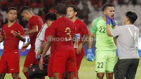 Skuat Timnas Indonesia saat hendak menuju ruang ganti setelah babak pertama melawan Thailand berakhir, Selasa (10/09/2019). Foto: Herry Ibrahim/INDOSPORT. - INDOSPORT