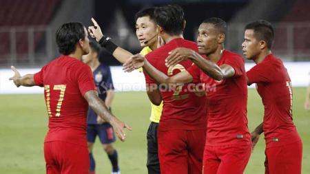 Irfan Bachdim (kiri) dan beberapa pemain Timnas Indonesia melakukan protes kepada wasit Ma Ning, Selasa (10/09/19). - INDOSPORT