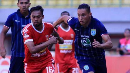 Bomber Persela, Alex Dos Santos (kanan), berebut bola dengan pemain Badak Lampung dalam laga pekan ke-17 Liga 1 2019, Rabu (11/09/19). - INDOSPORT