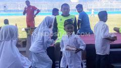 Indosport - Keakraban Hamka Hamzah bersama sejumlah anak yatim piatu yang diundang dlm rangka Ngelap Berkah Muharram di Kanjuruhan.