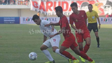 Dua pemain Timnas Indonesia U-19 menjaga ketat striker Iran U-19 Pemain Timnas Indonesia U-19 pada laga uji coba di Stadion Mandala Krida, Yogyakarta, Rabu (11/09/19). Foto: Ronald Seger Prabowo/INDOSPORT