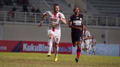 Indosport - Laga pertandingan Persipura vs Persija Jakarta di Stadion Aji Imbut, Tenggarong, Rabu (11/09/19).