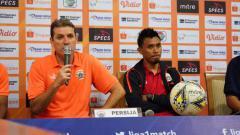 Indosport - Pelatih Persija Jakarta, Julio Banuelos saat konfrensi pers usai pertandingan Persipura vs Persija Jakarta di Stadion Aji Imbut, Tenggarong, Rabu (11/09/19).