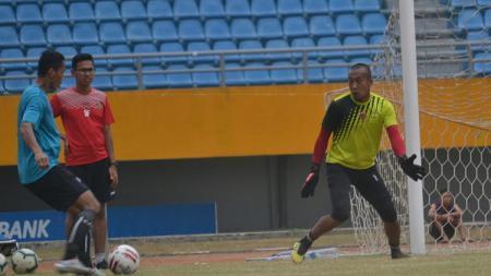 Kiper Sriwijaya FC, Galih Sudaryono. - INDOSPORT