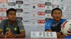Indosport - Pelatih PSCS Cilacap, Djoko Susilo (kanan), didampingi pemainnya, Cakra Yudha (kiri), dalam temu pers jelang lawan PSMS, Rabu (11/9/2019). (Foto: Aldi Aulia Anwar/INDOSPORT)