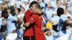 Indosport - Gary Neville dan Paul Scholes turut berpartisipasi di laga testimonial Vincent Kompany.