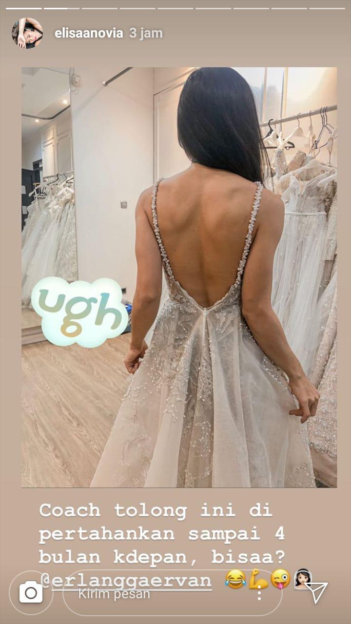 Elisabeth Novia Makalew menjajal gaun pengantin. Copyright: Instagram