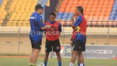 Indosport - Pelatih Persib, Robert Alberts berdiskusi dengan asistennya salah satunya Budiman di Stadion Si Jalak Harupat, Kabupaten Bandung, Selasa (10/09/19).