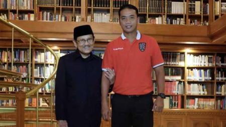 BJ Habibie (kiri) dan asisten pelatih Bali United Eko Pujianto (kanan). - INDOSPORT